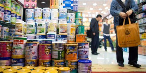 세계 각지에서 생산된 분유가 중국 소비자의 선택을 기다리고 있다. 사진=블룸버그