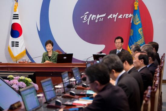 지난 18일 청와대에서 국무회의를 주재하고 있는 박근혜 대통령(사진제공 : 청와대)