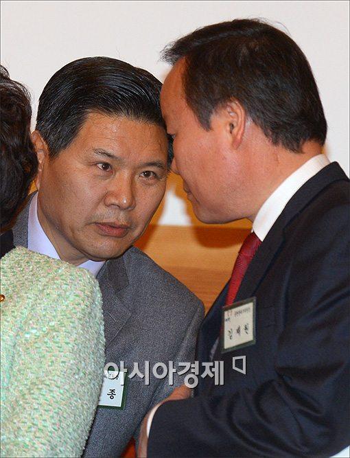 [포토]이야기 나누는 홍문종·김재원