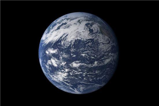 ▲75%의 물이 지구 표면을 덮고 있지만 고작 3%만 신선한 물이다.[사진제공=NASA]