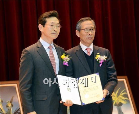 이날 전남도지사상을 수상한 김응률씨가 전남도 임영주 농정국장(왼쪽)과 함께 기념촬영을 하고 있다.