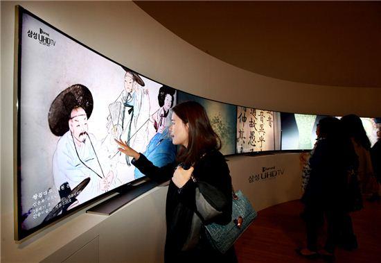 삼성전자는 서울 '동대문 디자인 플라자(DDP)'에서 열린 간송문화전에 '커브드 UHD TV 영상존'을 마련하고 간송미술관의 주요 작품들을 UHD 초고화질로 선보인다고 23일 밝혔다.