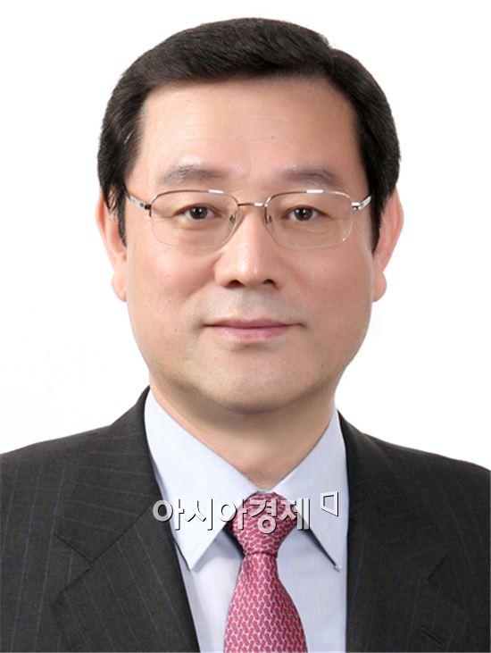 이용섭 의원이 새정치민주연합 광주시장 공천은 '시민여론 조사에 의해 결정돼야 한다'고  입장을 밝혔다.