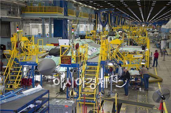 지난 12일(현지시간) 미국 텍사스주 포트워스 록히드마틴 생산 공장에서 제작 중인 F35 전투기들이 조립라인에 진열돼 있다. 사진제공=록히드 마틴·국방부공동취재단 제공