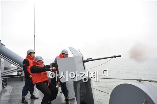 이지스구축함 세종대왕함을 선두로 구축함 양만춘함, 차기호위함 인천함이 종렬진을 형성하여 해상기동훈련을 실시하고 있다. <사진제공=해군>