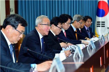 현오석 부총리 겸 기획재정부 장관이 21일 정부서울청사에서 주재한 경제관계장관 간담회에서 모두발언을 하고 있다.
