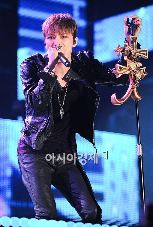 ▲ 김재중이 '와팝 K-드림콘서트' 무대에 올라 열창하고 있다.