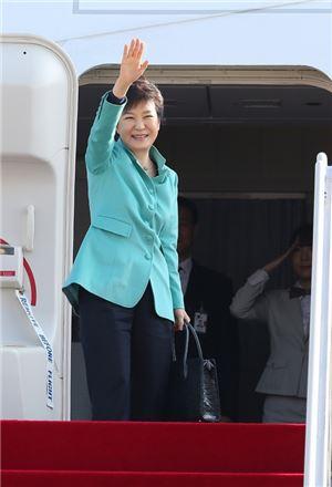 네덜란드 헤이그에서 열리는 핵안보정상회의 참석과 독일 국빈방문을 위해 박근혜 대통령이 지난 23일 서울공항을 통해 출국하고 있다. (사진제공 : 청와대)
