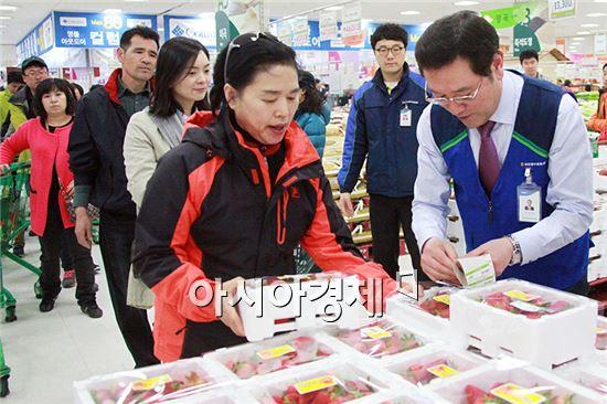광주시장 출마를 선언한 이용섭 의원이 광주 수완지구 농협 하나로클럽서 '일일 명예아르바이트' 체험을 하고있다.