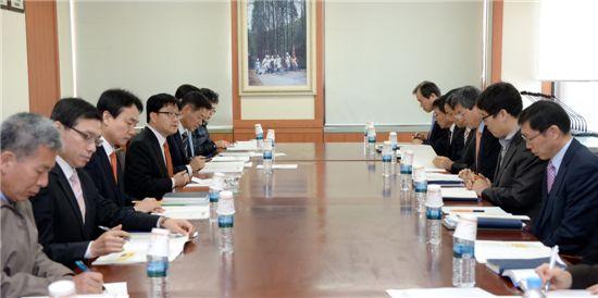 신원섭(왼쪽줄 앞에서 4번째) 산림청장이 '산림관련 규제개혁 추진대책회의'를 주재하고 있다.