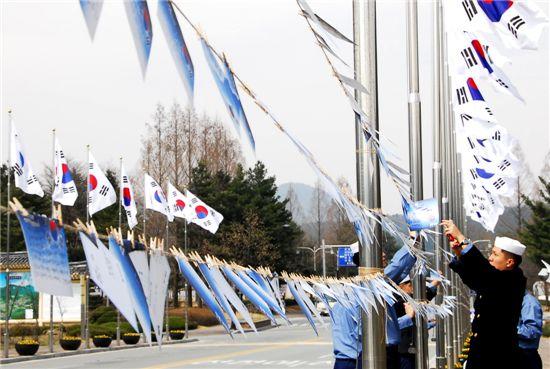 4만7000여 통으로 만든 '천안함 용사 추모엽서길'이 국립대전현충원에 선보인다. 해군장병들이 추모엽서를 걸고 있다.