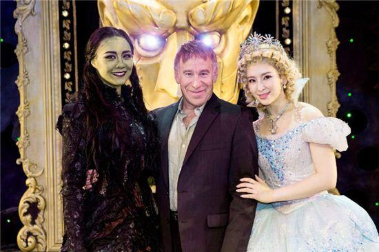 스티븐 슈왈츠가 초록마녀 '옥주현'과 하얀마녀 '정선아'와 포즈를 취하고 있다.