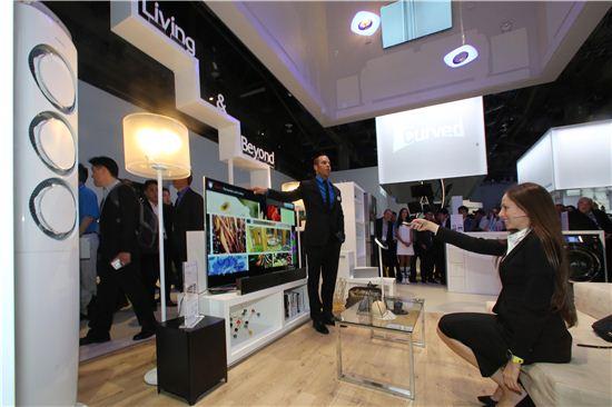 삼성전자 모델들이 지난 1월 미국 라스베이거스에서 열린 'CES 2014'에서 삼성전자 스마트홈 서비스를 시연하고 있다.