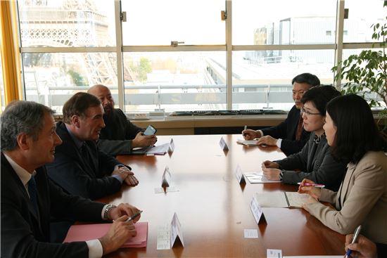 최연혜 코레일 사장(오른쪽 가운데)이 24일(월) 프랑스 파리에 위치한 국제철도연맹(UIC)을 방문하고 장 피에르 루비노 UIC 사무총장과 대륙철도 운영에 대한 의견을 교환하고 있다.