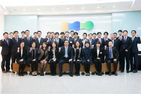 김병헌 LIG손해보험 사장(앞줄 가운데)이 직원들과 소통의 시간을 갖고 기념촬영을 하고 있다.
