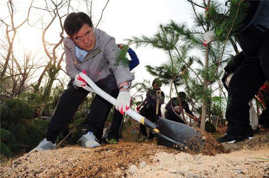 유덕열 동대문구청장이 지난해 식목일 기념 나무 심기 행사에서 구슬땀을 흘리고 있다.