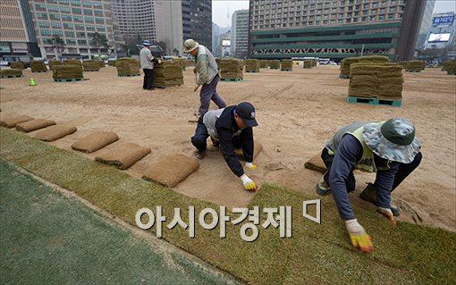 [포토]봄 옷으로 갈아 입는 서울광장