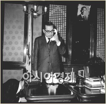 1971년 장거리 자동 전화 서울-부산간 개통 기념으로 백두진 당시 국무총리가 전화를 하고 있다. 사진제공=국가기록원