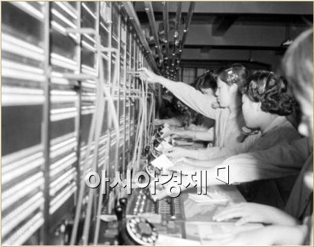 1957년 서울 중앙전화국 서국이 개통돼 전화교환원들이 일하고 있다. 사진제공=국가기록원