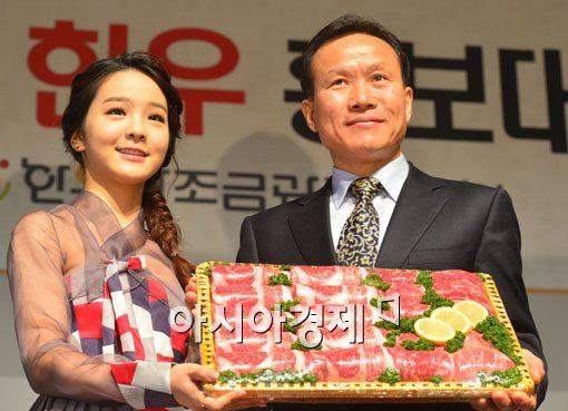 [포토]기념사진 찍는 강성기 위원장-송소희