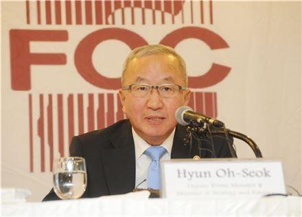 현오석 부총리 겸 기획재정부 장관이 25일 프레스센터에서 열린 외신기자클럽 간담회에서 모두발언을 하고 있다.