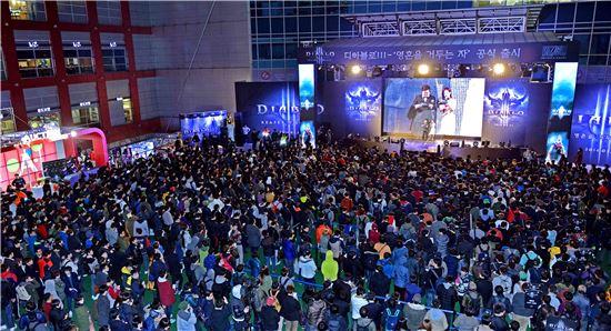 지난 24일 1500여명의 팬들이 몰린 디아블로3 확장팩 공식 출시 전야제 모습