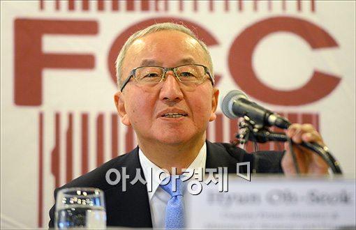[포토]외신기자 만나는 현오석 부총리