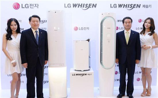 노환용 LG전자 AE사업본부장 사장(왼쪽에서 두 번째부터)과 최상규 LG전자 한국영업본부장 부사장이 25일 휘센 에어컨과 제습기 전략 모델을 소개하고 있다.