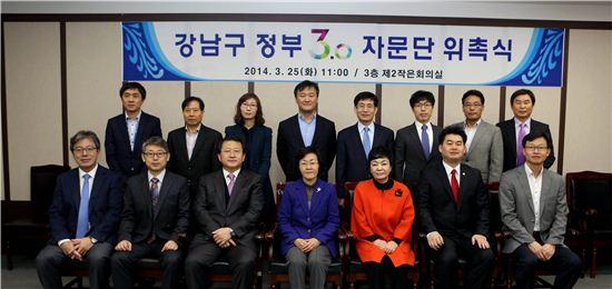신연희 강남구청장(앞줄 가운데)이 강남구 정부 3.0자문단과 기념사진을 찍었다.