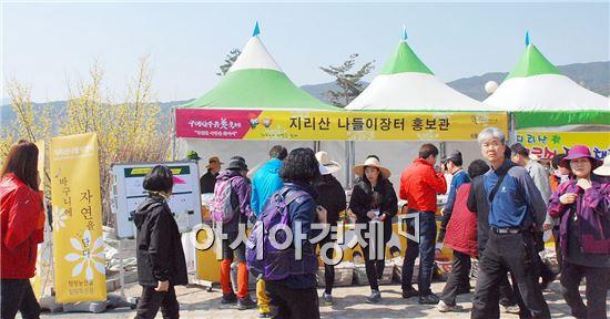"""구례 산수유꽃축제 행사장에 마련된  """"지리산 나들이장터 홍보관""""이 연일 관광객들로 북적이고 있다."""