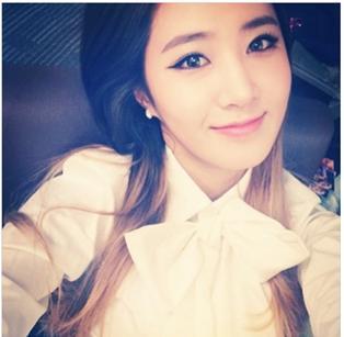 ▲소녀시대 유리가 얼굴만한 리본 블루우스를 입고 찍은 사진이 화제다.(출처:온라인커뮤니티)