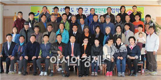 장흥군이 농업인대학입학식을 갖고 기념촬영을 하고있다.
