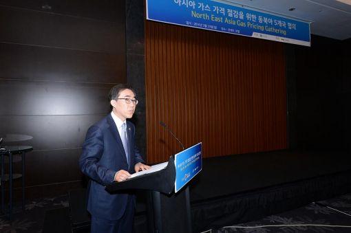 조태열 외교부 2차관이 23일 열린 가스가격 저감을 위한 5개국협의에서 기조 연설을 하고 있다.