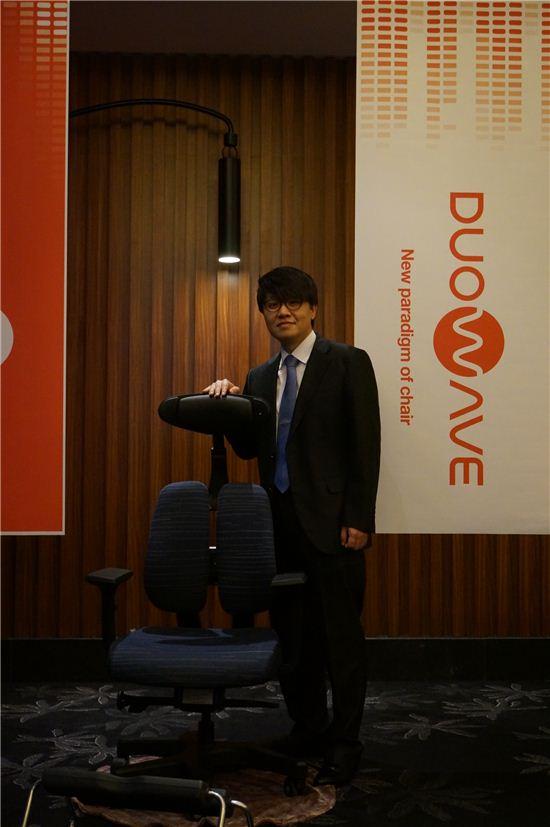 듀오웨이브 앞에서 포즈를 취하고 있는 정관영 디비케이 대표.