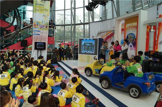 사진은 지난해 5월어린이 안전 퀴즈대회에 참가한 어린이들이 기념촬영을 하고 있는 모습.