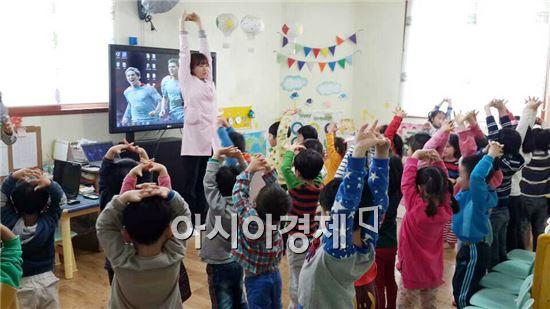 함평군보건소가  어린이들을 대상으로  통합건강교육을  실시하고 있다.
