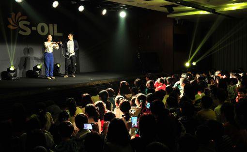 에쓰-오일은 27일 저녁 마포 사옥에서 문화예술나눔 캠페인의 일환으로 개그콘서트 출연진을 초청해 지역주민들을 위한 '해피콘서트' 열었다.