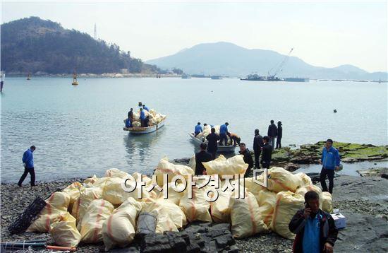 완도군이 관내 유·무인도에 방치되어 있는 해양쓰레기와의 전쟁을 선포하고 어민과 공무원들이 합동으로 집중적인 수거활동을 실시했다.