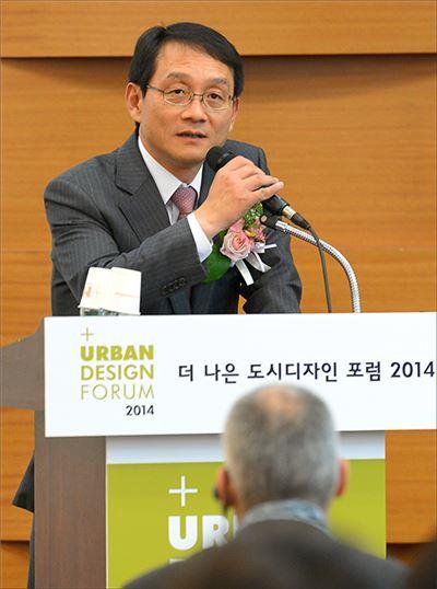 이세정 아시아경제신문 대표이사 사장이 28일 서울 삼성동 코엑스에서 열린 '더 나은 도시 디자인 포럼 2014'에서 축사를 하고 있다.