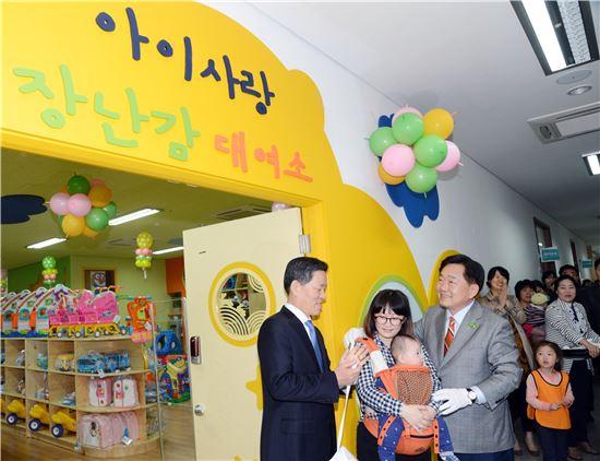 순천시가 27일 문화건강센터 보건소 1층에 79.46㎡ 규모 장난감대여소 개소식을 갖고 본격적으로 어린이들에 본격적으로 장남감을 대여해주고있다.