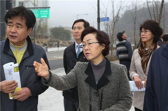 신연희 강남구청장이 세곡동 일대 교통 상황을 점검하고 있다.