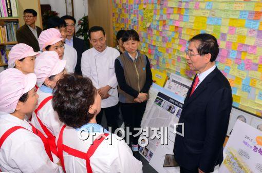 [포토]식당직원들과 대화하는 박원순 서울시장