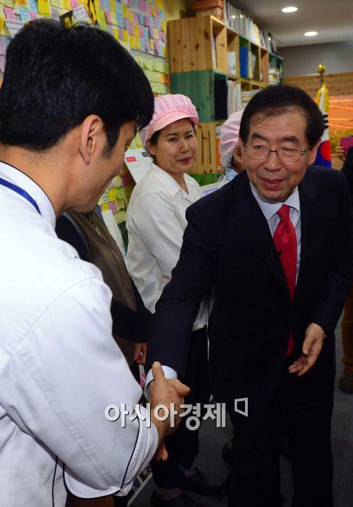 [포토]식당직원들과 인사하는 박원순 서울시장