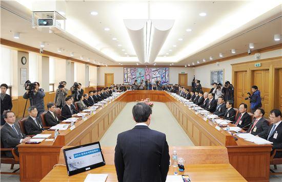 대법원은 28일 전국수석부장회의를 열고 최근 논란이 된 '황제노역' 문제에 대한 대책을 논의했다.