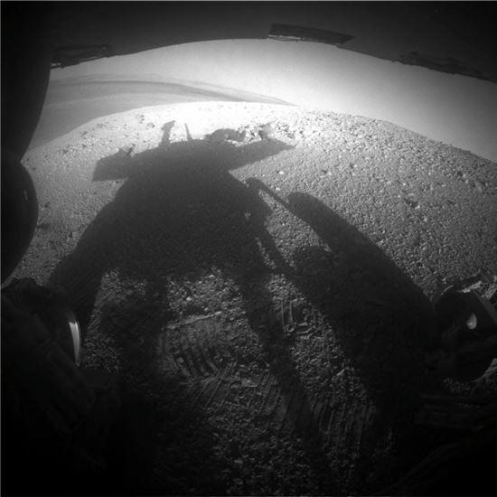▲스스로 찍은 화성에서 3609일째를 맞는 탐사로봇 오퍼튜니티의 그림자.[사진제공=NASA/JPL-Caltech ]