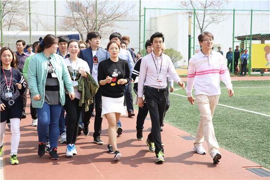 ▲이상화 선수가 삼성디스플레이 임직원들과 함께 '1미터 희망나눔'캠페인에 참여하며 운동장을 걷고 있다.
