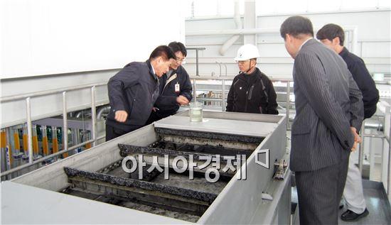 광주시 광산구 관계자들이 악취저감장치현장을 점검하고있다.