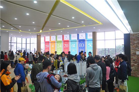 지난 28일 오픈한  '동탄2신도시 신안인스빌리베라2차' 견본주택에 많은 관람객들이 몰렸다.
