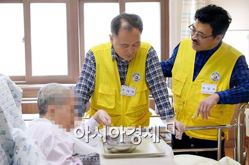 유영달 봉사팀장이 박준 원장과 함께 국립소록도병원에서 한센병 환우를 돌보고 있다. 사진은 유영달 봉사팀장(좌)과 박준 원장(우).