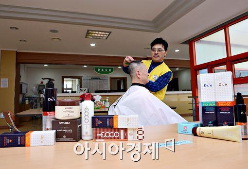 박준 원장이 일진 코스메틱에서 기증한 헤어 용품들을 사용해 소록도 봉사활동에 참여하고 있다.
